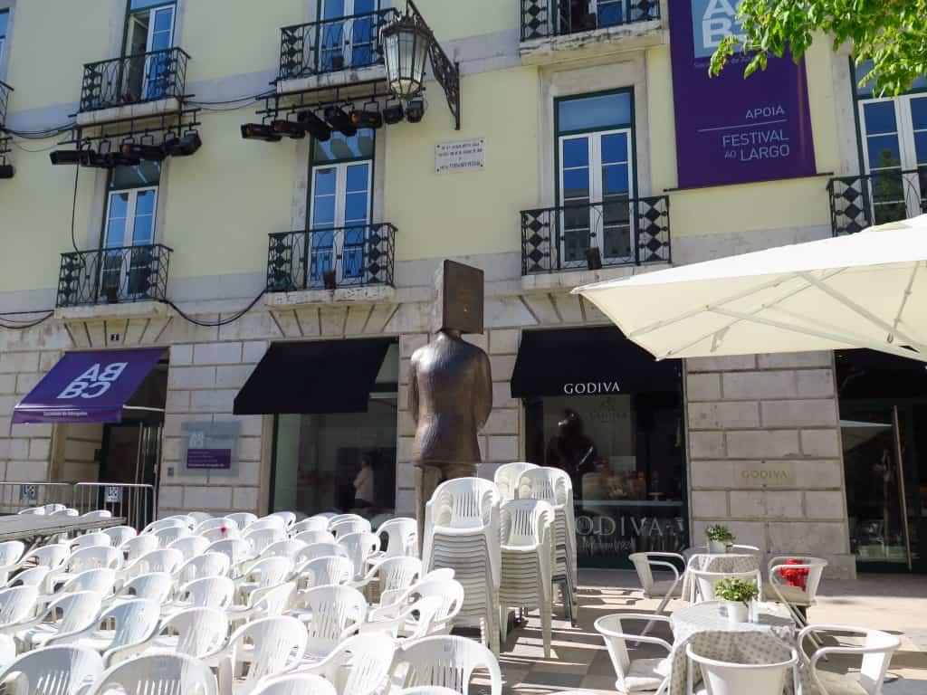 Estátua em frente do prédio.