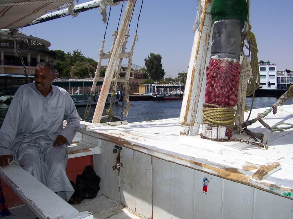 """Passeio de faluca no Egito: os """"mendigos"""" do Nilo"""