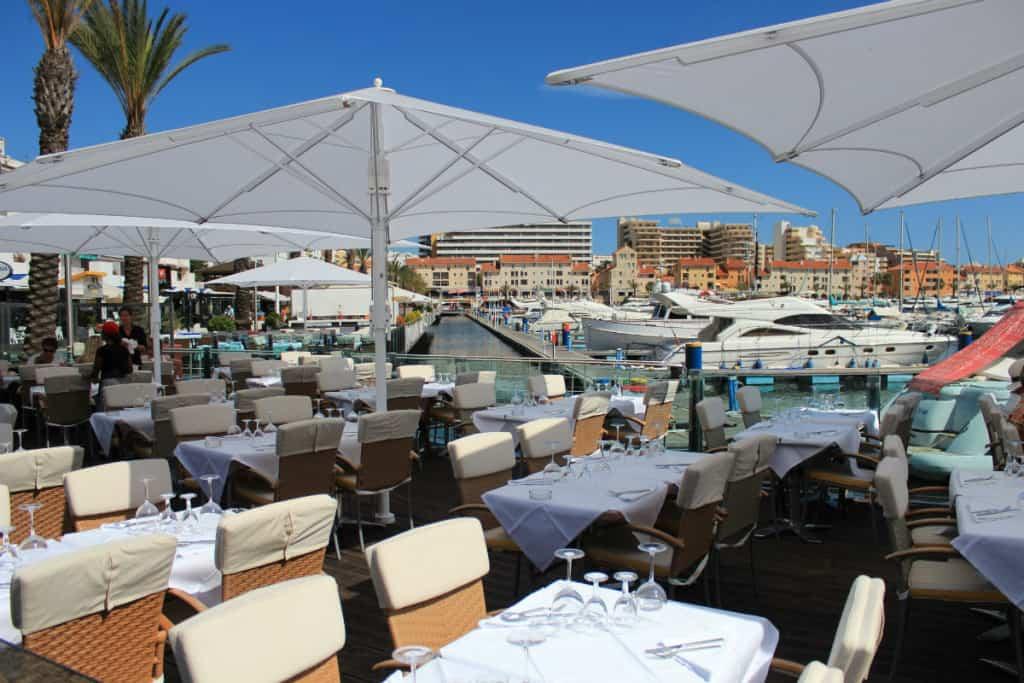 Mesas de um restaurante na Marina de Vilamoura.