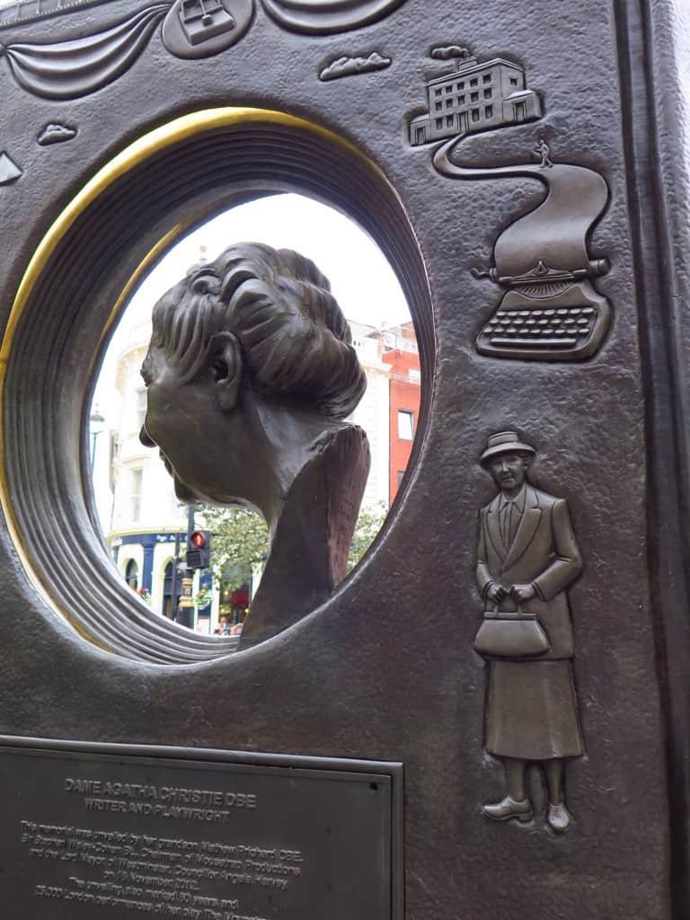Uma mansão, uma máquina de escrever e... ela, é claro, a simpática e atrevida Jane Marple.