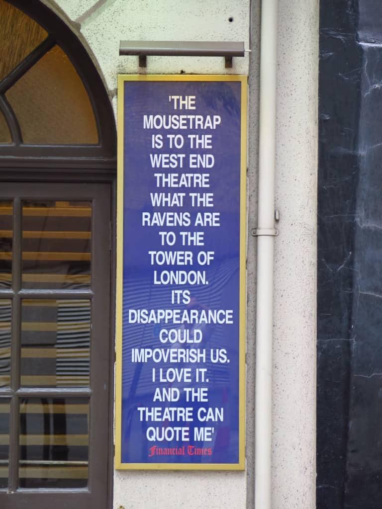 Cartaz na fachada do teatro.