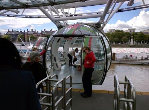 Vamos embarcar? A cápsula é maior do que eu imaginava. De longe, quando observamos a London Eye, não percebemos a real dimensão.