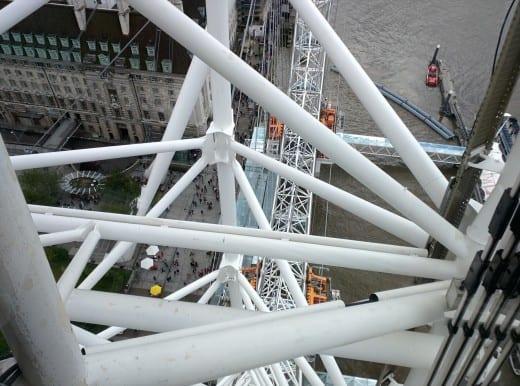 A estrutura é muito poderosa! Também não percebemos isso quando observamos de longe a London Eye.