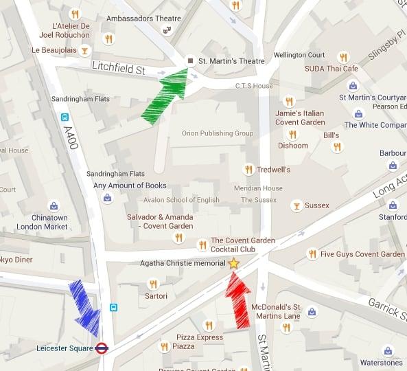 Seta VERMELHA: o Memorial Agatha Christie. VERDE: St. Martin's Theatre. AZUL: a estação Leicester Square, onde eu saí do Underground para chegar ao Memorial.