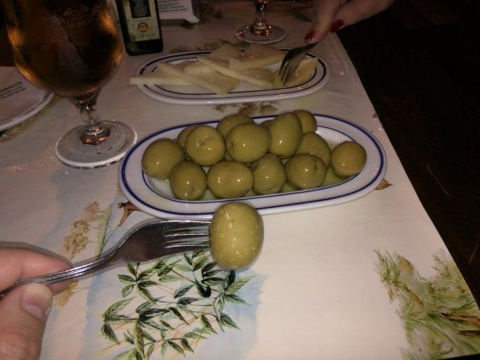 Azeitonas e queijo Manchego em Madri