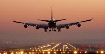 Por que os aviões reduzem as luzes durante a aterragem?