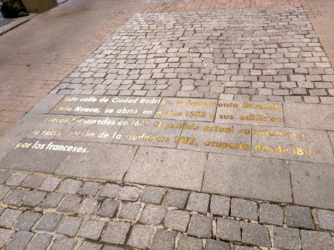 Dizeres no chão de acesso à Plaza Mayor