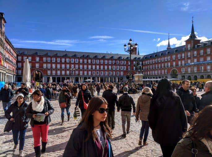 Grande movimento de turistas na Plaza Mayor