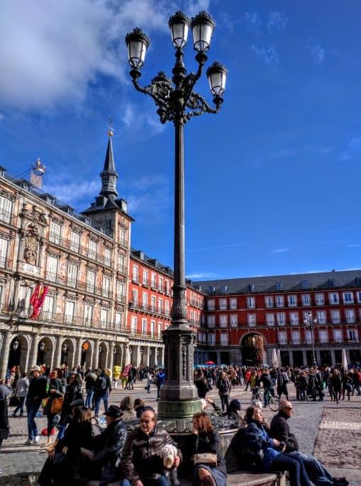 Poste de iluminação na Plaza Mayor