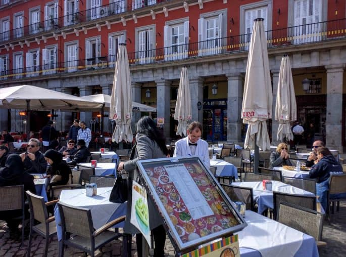 Mesas externas de restaurantes na Plaza Mayor