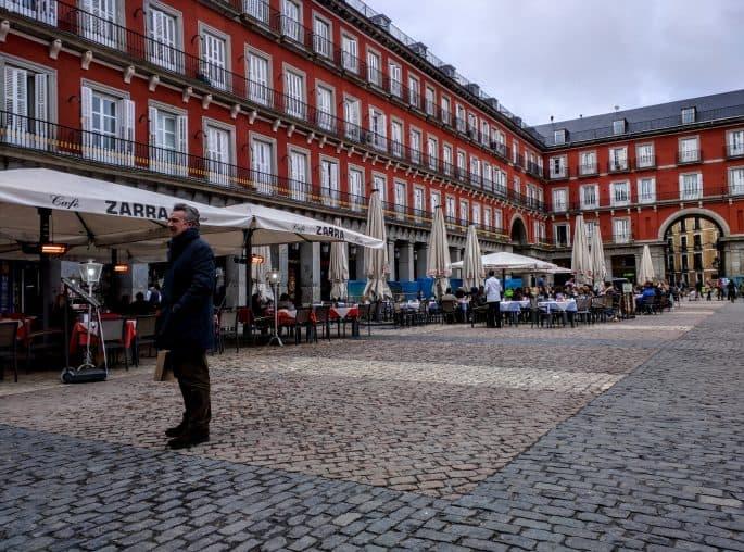 Mais uma vista geral da Plaza Mayor durante o dia