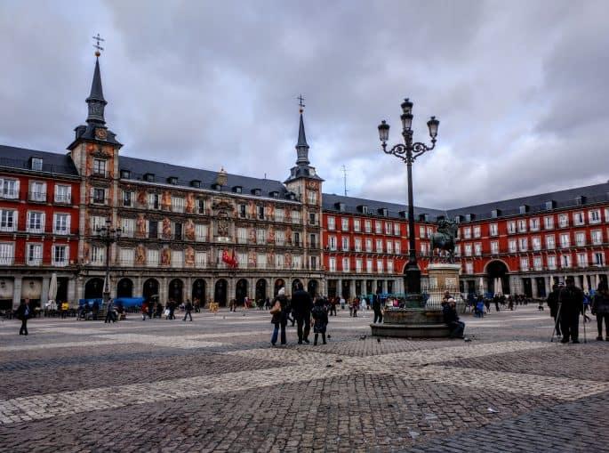 Bonita visão geral da Plaza Mayor durante o dia