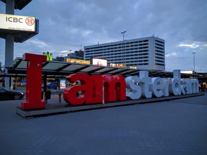 Aeroporto Schiphol: letreiro I AMSTERDAM que há em frente