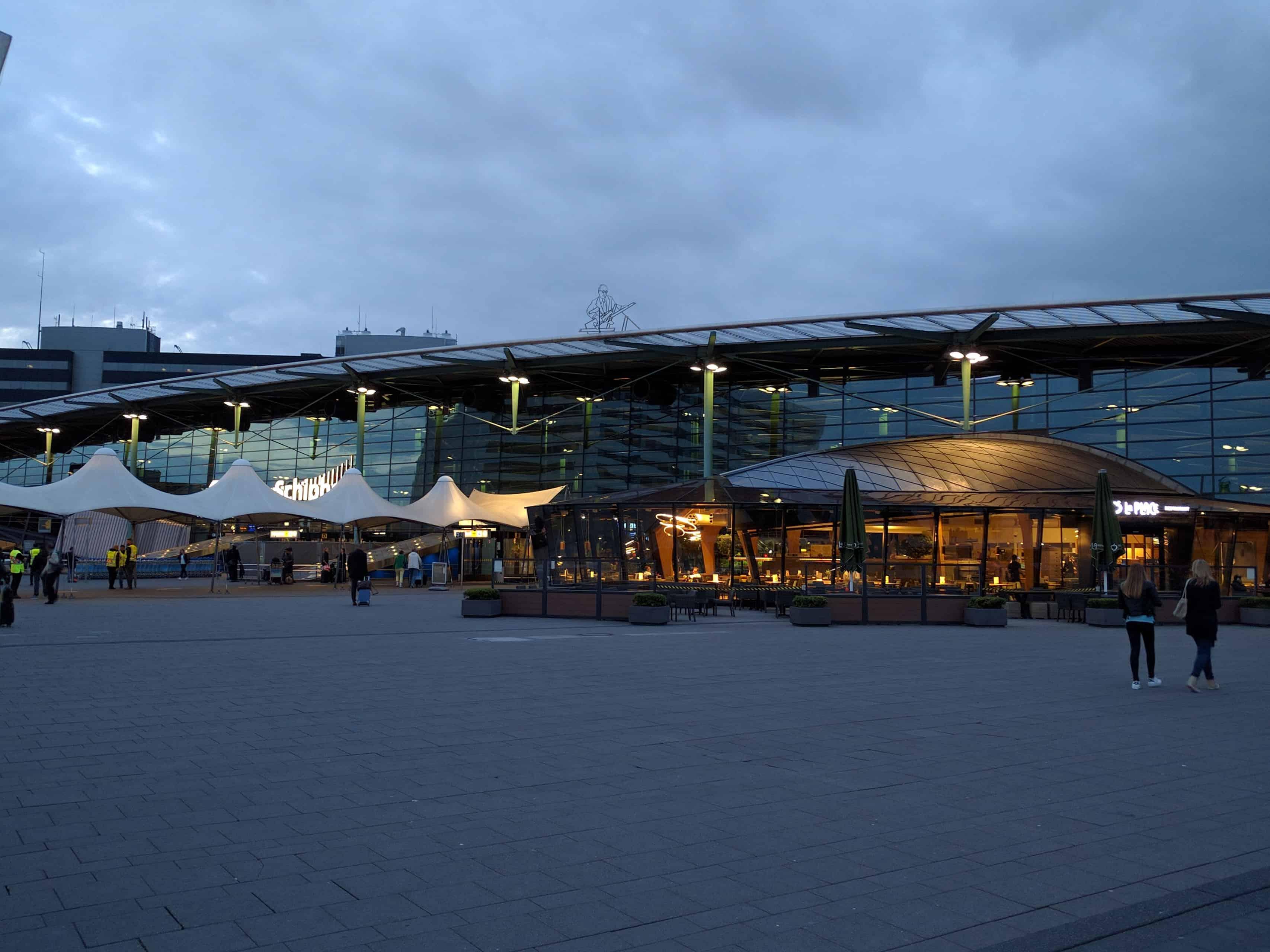 Aeroporto Schiphol: em frente, à noite