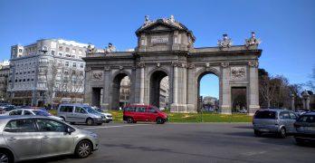 Em Madri, visite a elegante Puerta de Alcalá… e explore os arredores