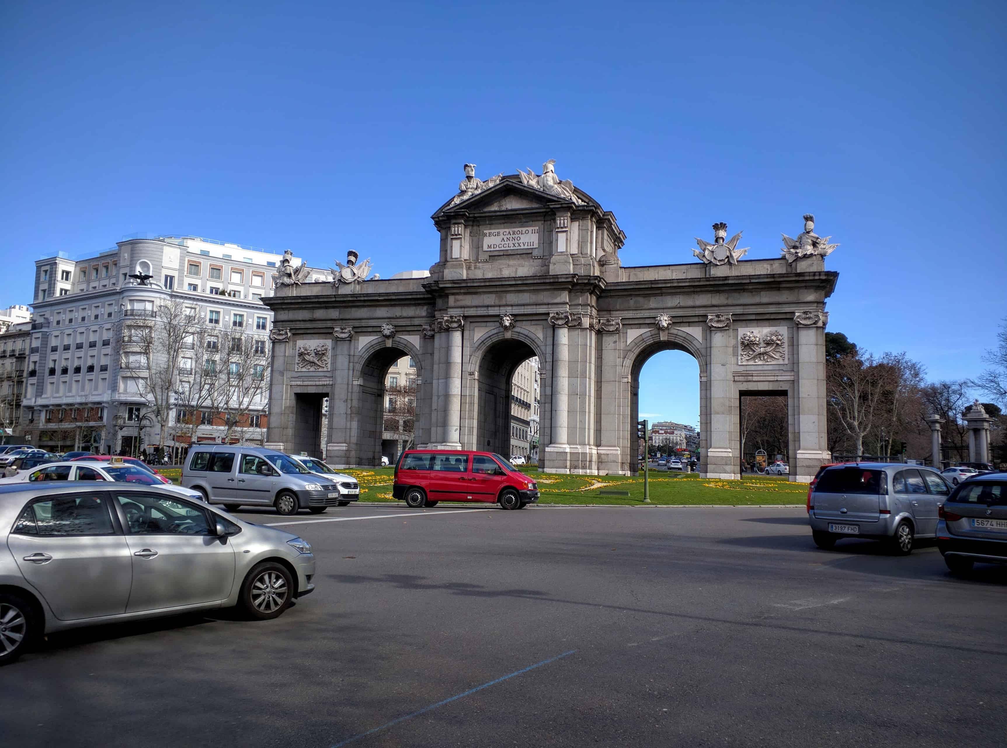 Outra visão da Puerta de Alcalá