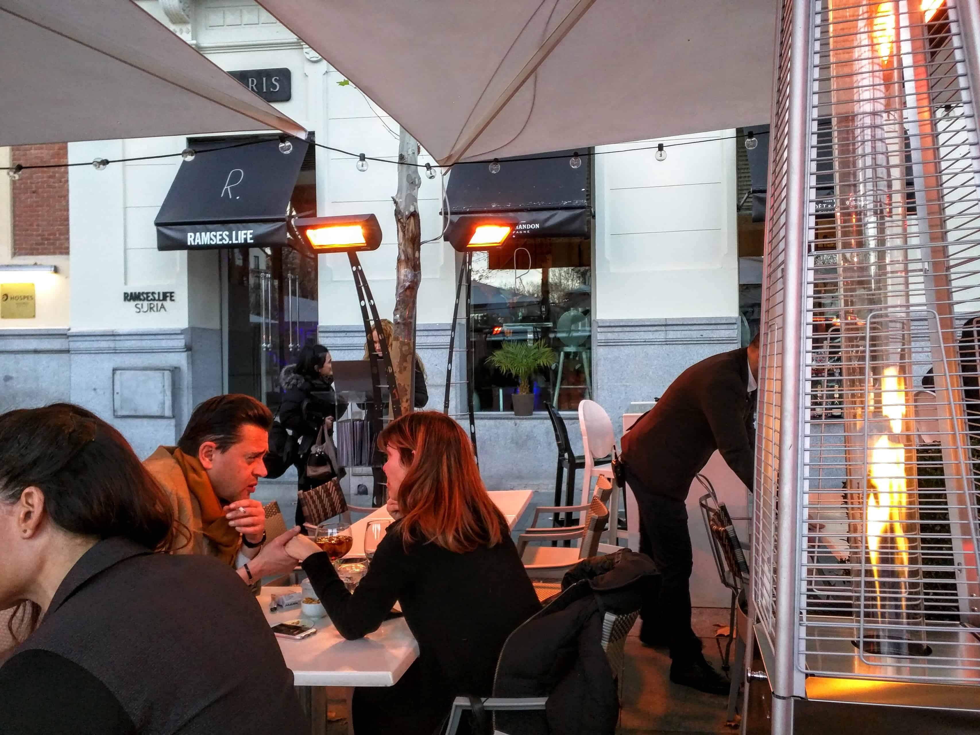Restaurante Ramses Life, em Madri: área das mesas externas
