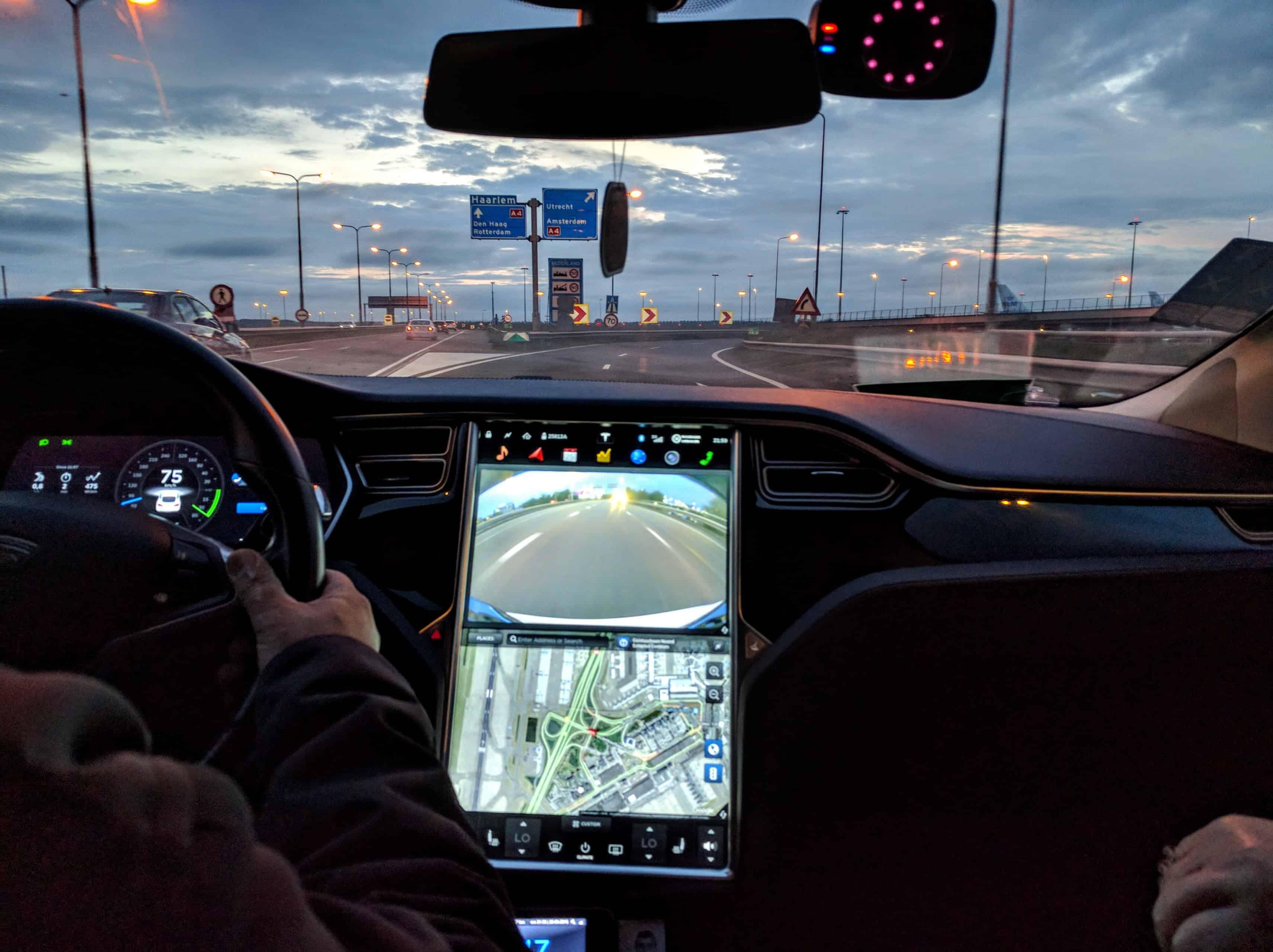 Andando em um táxi Tesla em Amsterdã