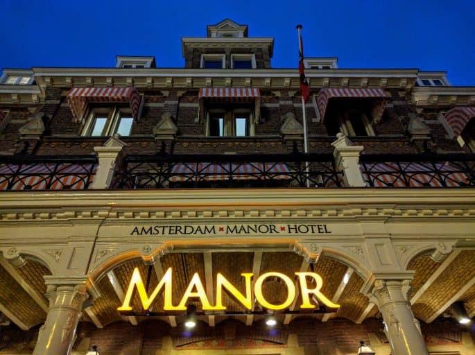 Fachada, à noite, do Hampshire Hotel - The Manor Amsterdam