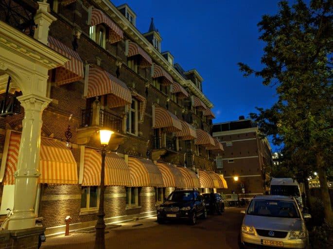 Vista lateral externa, à noite, do Hampshire Hotel - The Manor Amsterdam