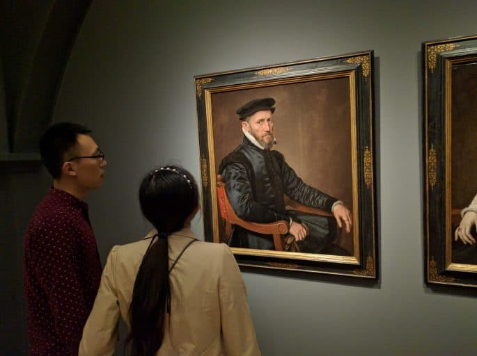 Rijksmuseum - Amsterdã | Visitantes observam uma pintura