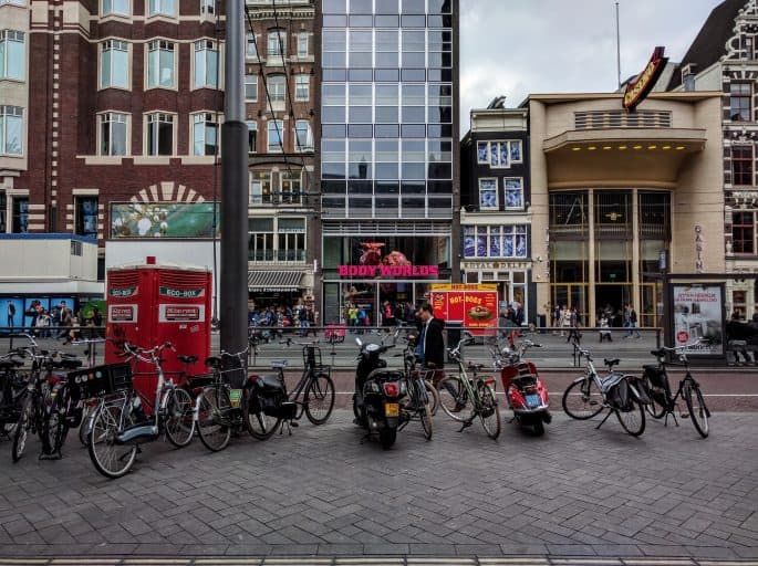 Body Worlds, em frente ao Grand Cafe Beurs van Berlage