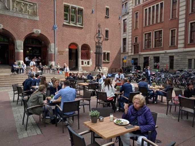 Clientes na área externa do Grand Cafe Beurs van Berlage