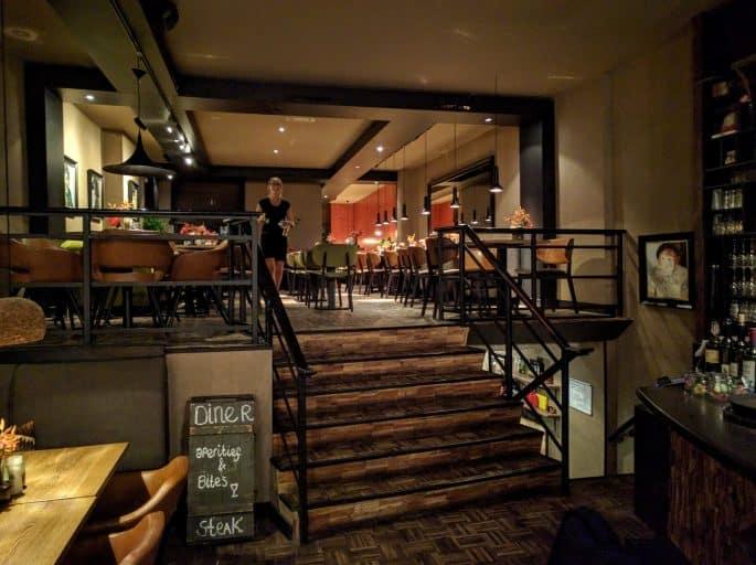 Restaurante Black and Blue, em Amsterdã: no interior, próximo à escada