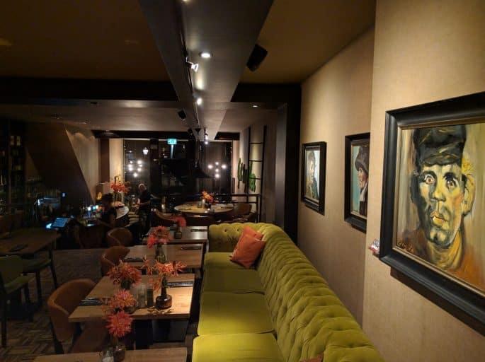 Restaurante Black and Blue, em Amsterdã: quadros na área de refeições