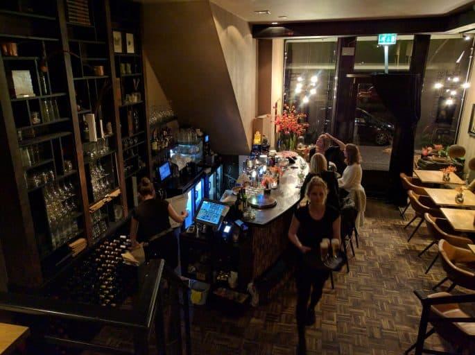 Restaurante Black and Blue, em Amsterdã: balcão do bar