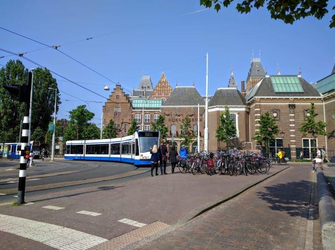 Transporte público em Amsterdã | Tram | Um veículo passa atrás do Rijksmuseum