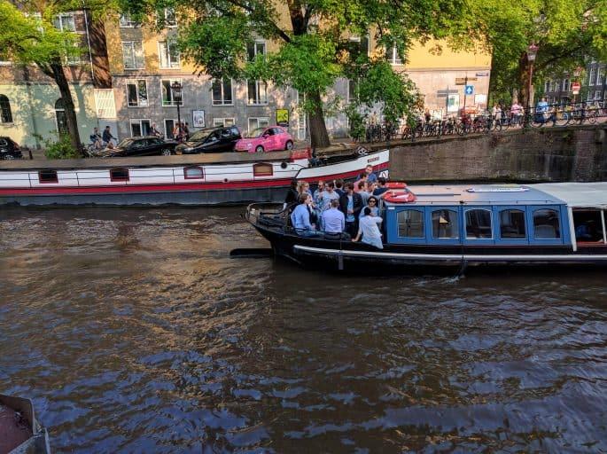 Barcos nos canais de Amsterdã