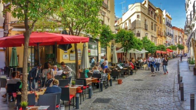 Ruas com mesinhas de bares em Sevilha