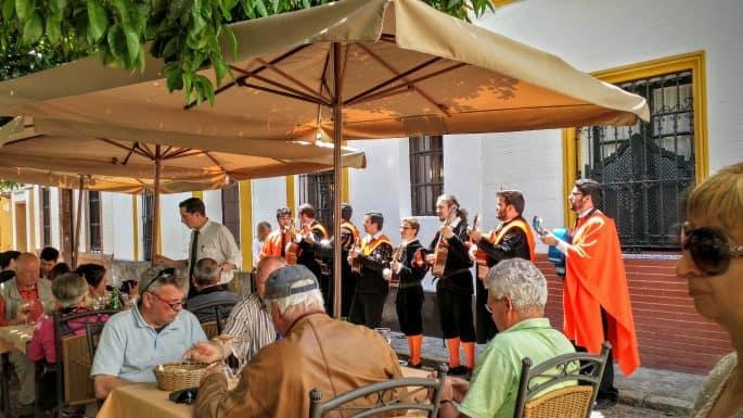 Estudantes cantam na Plaza de Doña Elvira, em Sevilha