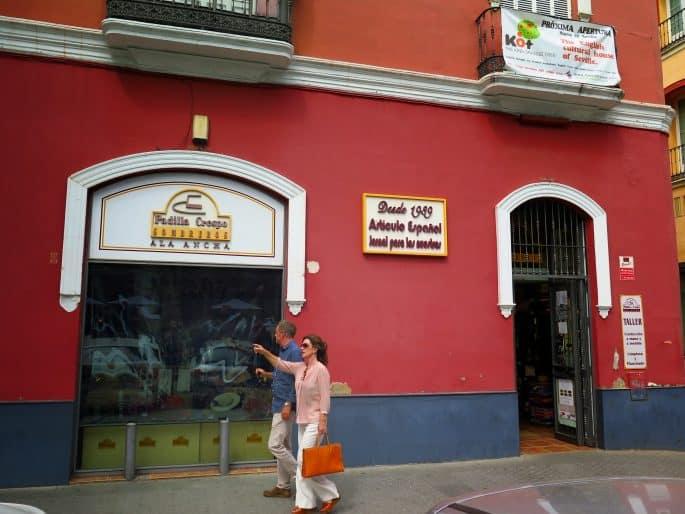 Fachada de loja de chapéus em Sevilha