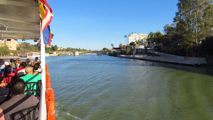 Passeio de barco no Rio Guadalquivir, em Sevilha