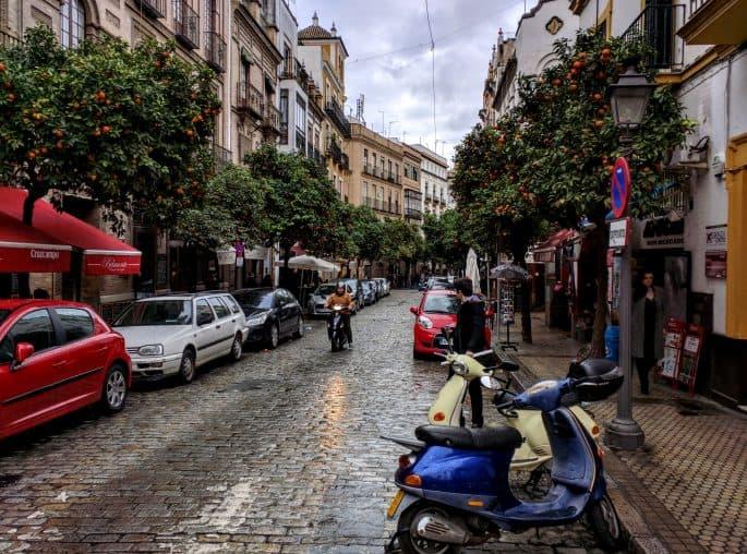 Rua de Sevilha cheia de laranjeiras