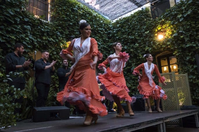 Flamenco em Córdoba: Compañía Flamenca Desirée Calero La Merenguita | Três dançarinas no palco