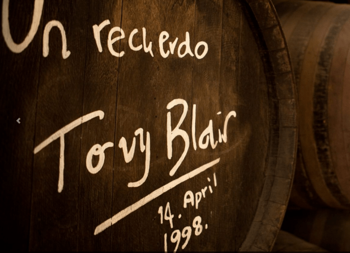 Restaurante Bodegas Campos, em Córdoba: barril de vinho com assinatura de Tony Blair