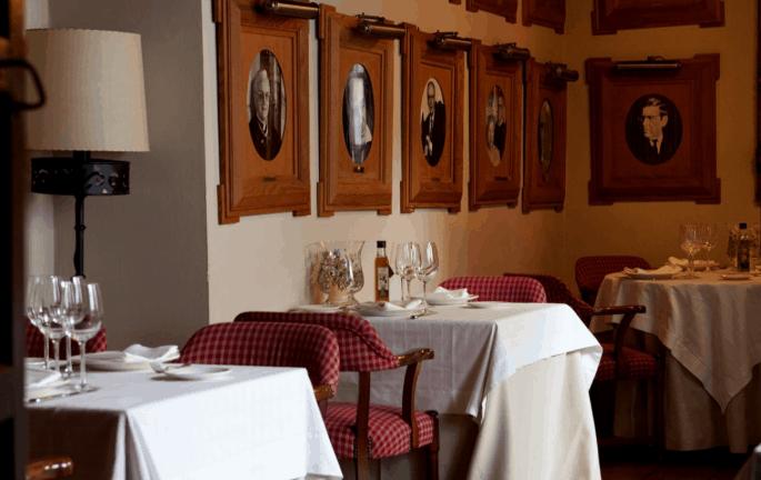 Restaurante Bodegas Campos, em Córdoba: sala de refeição com fotos de visitas célebres