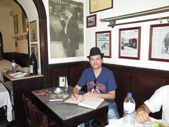 Restaurante Martinho da Arcada: Glauco Damas na mesa de Fernando Pessoa, assinando o livro de visitas do restaurante