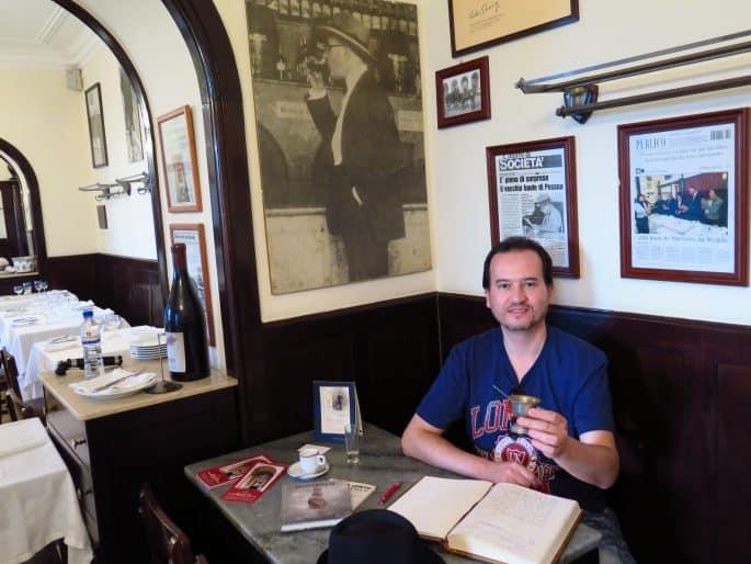 Restaurante Martinho da Arcada: Glauco Damas na mesa de Fernando Pessoa