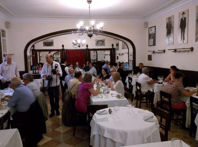 Restaurante Martinho da Arcada: salão lotado de clientes