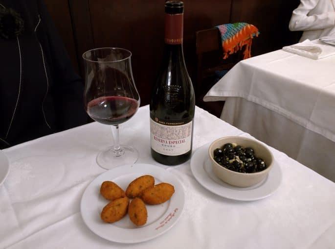Restaurante Martinho da Arcada: vinho, azeitonas e bolinho de bacalhau
