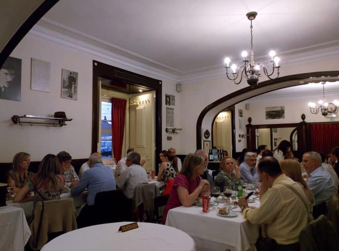 Restaurante Martinho da Arcada: clientes no salão principal