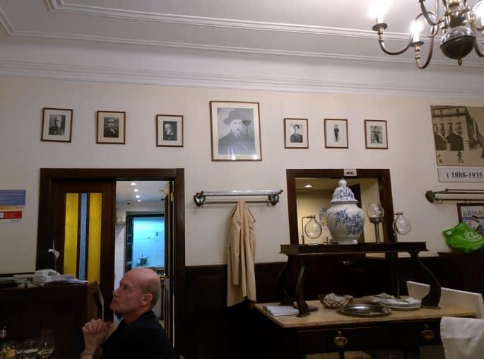 Restaurante Martinho da Arcada: quadros em uma parede