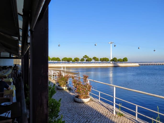 Esplanada do Restaurante La Rúcula, com vista para o Rio Tejo e o Telecabine
