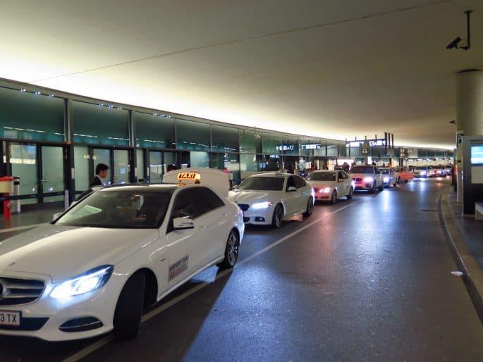Táxi em Viena - em frente do aeroporto