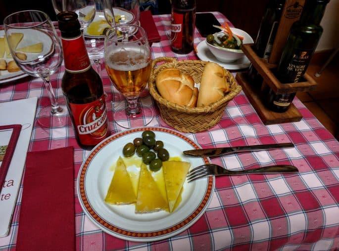 Restaurante Plácido, em Toledo | Azeitonas, queijos, pães e cervejas