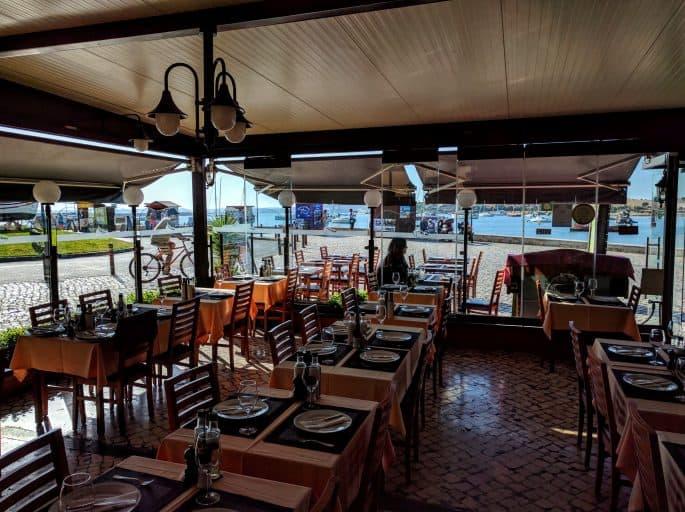 Restaurante A Ribeira - Alvor, Algarve, Portugal   Interior, com vista para o exterior